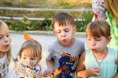 Ελεύθερος χρόνος των προσχολικών παιδιών Εμψυχωτές σε ένα κόμμα των παιδιών Να ενεργήσει και ανάπτυξη των παιχνιδιών για τα παιδι Στοκ Εικόνα