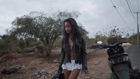 Ελεύθερος όμορφος αναβάτης μοτοσικλετών γυναικών απόθεμα βίντεο