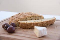 Ελεύθερο ψωμί εξαερωτήρων με Camembert το τυρί και ελιές σε έναν τεμαχίζοντας πίνακα στοκ φωτογραφία με δικαίωμα ελεύθερης χρήσης