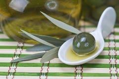 Ελιά σε ένα κουτάλι της Κίνας Στοκ Εικόνα