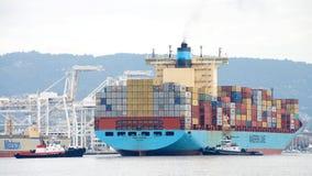 Ελιγμός GERD MAERSK φορτηγών πλοίων στο λιμένα του Όουκλαντ στοκ φωτογραφία με δικαίωμα ελεύθερης χρήσης
