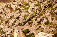 Ελικοειδής δρόμος στην πόλη μεταξύ των δύσκολων βουνών στην Ισπανία Στοκ Εικόνα