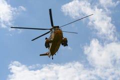 Ελικόπτερο αναζήτησης και διάσωσης βασιλιάδων θάλασσας από το μέτωπο στοκ φωτογραφία