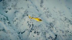 Ελικόπτερο πέρα από τις αιχμές και τον παγετώνα βουνών Μεταφορά των heliskiing πελατών στα βουνά Να heli-κάνει σκι σε Monte Rosa  στοκ φωτογραφία με δικαίωμα ελεύθερης χρήσης