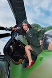 Ελικόπτερο παλαιός-χρονομέτρων και προκλητικό κορίτσι Στοκ Φωτογραφία