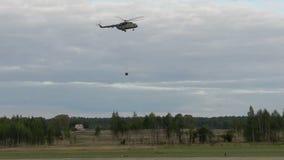 Ελικόπτερο που πετά με το φορτίο που δένεται στο βίντεο σχοινιών απόθεμα βίντεο