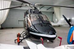 Ελικόπτερο στο υπόστεγο Στοκ Εικόνα