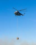 Ελικόπτερο στο φέρνοντας κάδο νερού ενέργειας Στοκ φωτογραφίες με δικαίωμα ελεύθερης χρήσης
