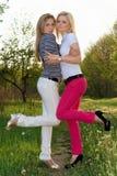 ελκυστικά ξανθά εύθυμα δύ Στοκ εικόνα με δικαίωμα ελεύθερης χρήσης