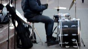 Ελκυστικά σαράντα κάτι άτομο παίζουν τα τύμπανα σε μια ζώνη, εξωτερικό σε μια οδό, σε ένα στάδιο gazebo απόθεμα βίντεο