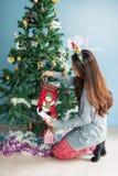 Ελκυστικά τεθειμένα κορίτσι δώρα Χριστουγέννων στις κάλτσες στοκ φωτογραφίες