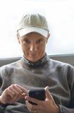 ελκυστικές δακτυλογραφώντας νεολαίες smartphone ατόμων Στοκ φωτογραφίες με δικαίωμα ελεύθερης χρήσης