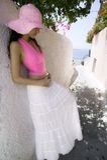 ελκυστικές ελληνικές oia νεολαίες γυναικών οδών santorini Στοκ φωτογραφίες με δικαίωμα ελεύθερης χρήσης