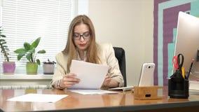 Ελκυστικές εργασίες επιχειρηματιών με τα έγγραφα με τις σκέψεις της 4K απόθεμα βίντεο