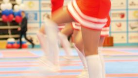 Ελκυστικές μαζορέτες στα κόκκινα φορέματα που χορεύουν στο karate πρωτάθλημα απόθεμα βίντεο