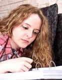 ελκυστικές μαθαίνοντας νεολαίες κοριτσιών καναπέδων Στοκ εικόνα με δικαίωμα ελεύθερης χρήσης