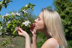 ελκυστικές μυρωδιές που γυναίκα Στοκ φωτογραφία με δικαίωμα ελεύθερης χρήσης