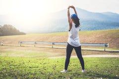 Ελκυστικές νέες μυϊκές γυναίκες, αθλητική γυναίκα που κάνουν κάποιο stret στοκ εικόνες