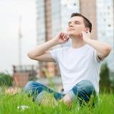 ελκυστικές νεολαίες ατόμων ακουστικών Στοκ φωτογραφίες με δικαίωμα ελεύθερης χρήσης