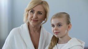 Ελκυστικές ώριμες μητέρα και αυτή λίγη κόρη που κοιτάζει στον καθρέφτη, γενεές απόθεμα βίντεο