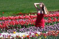 ελκυστική αρχειοθετημένη γυναίκα τουλιπών στοκ εικόνες με δικαίωμα ελεύθερης χρήσης