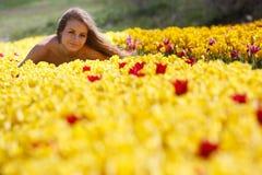 ελκυστική αρχειοθετημένη γυναίκα τουλιπών στοκ φωτογραφίες με δικαίωμα ελεύθερης χρήσης