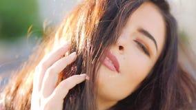 Ελκυστική ατημέλητη τρίχα brunette πορτρέτου γυναικών φιλμ μικρού μήκους
