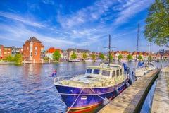 Ελκυστική βάρκα ταξιδιού στο κανάλι στην αποβάθρα της πόλης Harlem Στοκ Εικόνες
