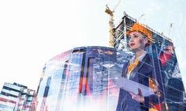 Ελκυστική γυναίκα αρχιτεκτόνων και το πρόγραμμά της Μικτά μέσα Στοκ Φωτογραφία