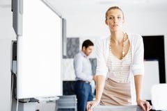Ελκυστική γυναίκα εργαζόμενος στην αρχή Στοκ Εικόνες