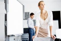 Ελκυστική γυναίκα εργαζόμενος στην αρχή Στοκ εικόνες με δικαίωμα ελεύθερης χρήσης