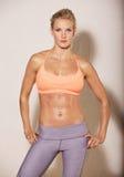 Ελκυστική γυναίκα με το κατάλληλο σώμα Στοκ εικόνα με δικαίωμα ελεύθερης χρήσης