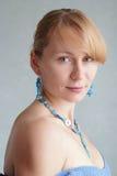ελκυστική γυναίκα πορτ&rho Στοκ εικόνα με δικαίωμα ελεύθερης χρήσης