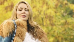 Ελκυστική γυναίκα που απολαμβάνει το χρυσό φθινόπωρο, δημιουργικό πρόσωπο που ψάχνει την έμπνευση απόθεμα βίντεο