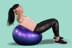 Ελκυστική γυναίκα που ασκεί με τη σφαίρα pilates στοκ φωτογραφία με δικαίωμα ελεύθερης χρήσης