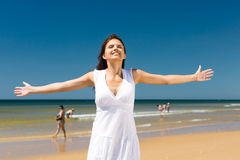 Ελκυστική γυναίκα που στέκεται στον ήλιο στην παραλία Στοκ Εικόνες