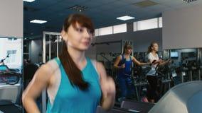 Ελκυστική γυναίκα που τρέχει treadmill, χαμόγελο Κατάρτιση στη γυμναστική φιλμ μικρού μήκους