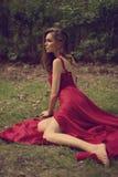 Ελκυστική γυναίκα που φορά το κόκκινο φόρεμα Στοκ εικόνα με δικαίωμα ελεύθερης χρήσης