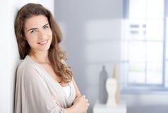 Ελκυστική γυναίκα που χαμογελά ευτυχώς στο σπίτι στοκ εικόνες με δικαίωμα ελεύθερης χρήσης