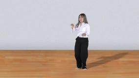 Ελκυστική γυναίκα που χορεύει με την ανόητη μετακίνηση φιλμ μικρού μήκους