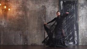 Ελκυστική γυναίκα που χορεύει μόνο φιλμ μικρού μήκους