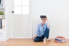 Ελκυστική γυναίκα που χρησιμοποιεί τα προστατευτικά δίοπτρα εικονικής πραγματικότητας Στοκ φωτογραφία με δικαίωμα ελεύθερης χρήσης