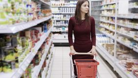 Ελκυστική γυναίκα που ψωνίζει στην υπεραγορά, steadicam πυροβολισμός φιλμ μικρού μήκους