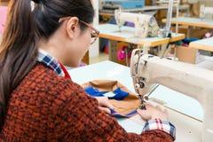 Ελκυστική γυναίκα ράβοντας υπάλληλος ομορφιάς Στοκ φωτογραφία με δικαίωμα ελεύθερης χρήσης