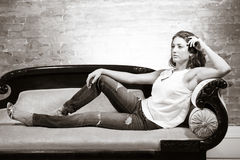 Ελκυστική γυναίκα στον καναπέ Στοκ Εικόνες