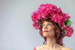 Ελκυστική γυναίκα στο στεφάνι με τα άνθη hydrangea κοραλλιών στοκ φωτογραφία