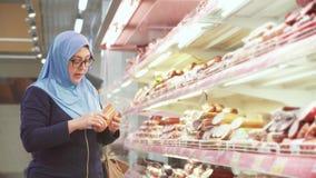 Ελκυστική γυναίκα στο hijab 40 έτη αγορών, τμήμα κρέατος απόθεμα βίντεο