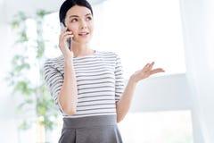 Ελκυστική γυναίκα της Νίκαιας που περιλαμβάνεται σε μια τηλεφωνική συνομιλία Στοκ Εικόνες