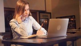 Ελκυστική γυναικεία συνεδρίαση στο lap-top και παραγωγή των σημειώσεων Πορτρέτο HD φιλμ μικρού μήκους