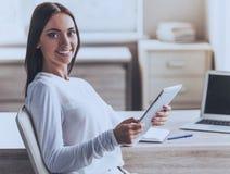 Ελκυστική επιχείρηση κυρία Using Digital Tablet στοκ φωτογραφία